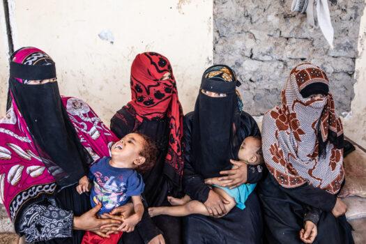Kuvassa on jemeniläisiä naisia ja lapsia.