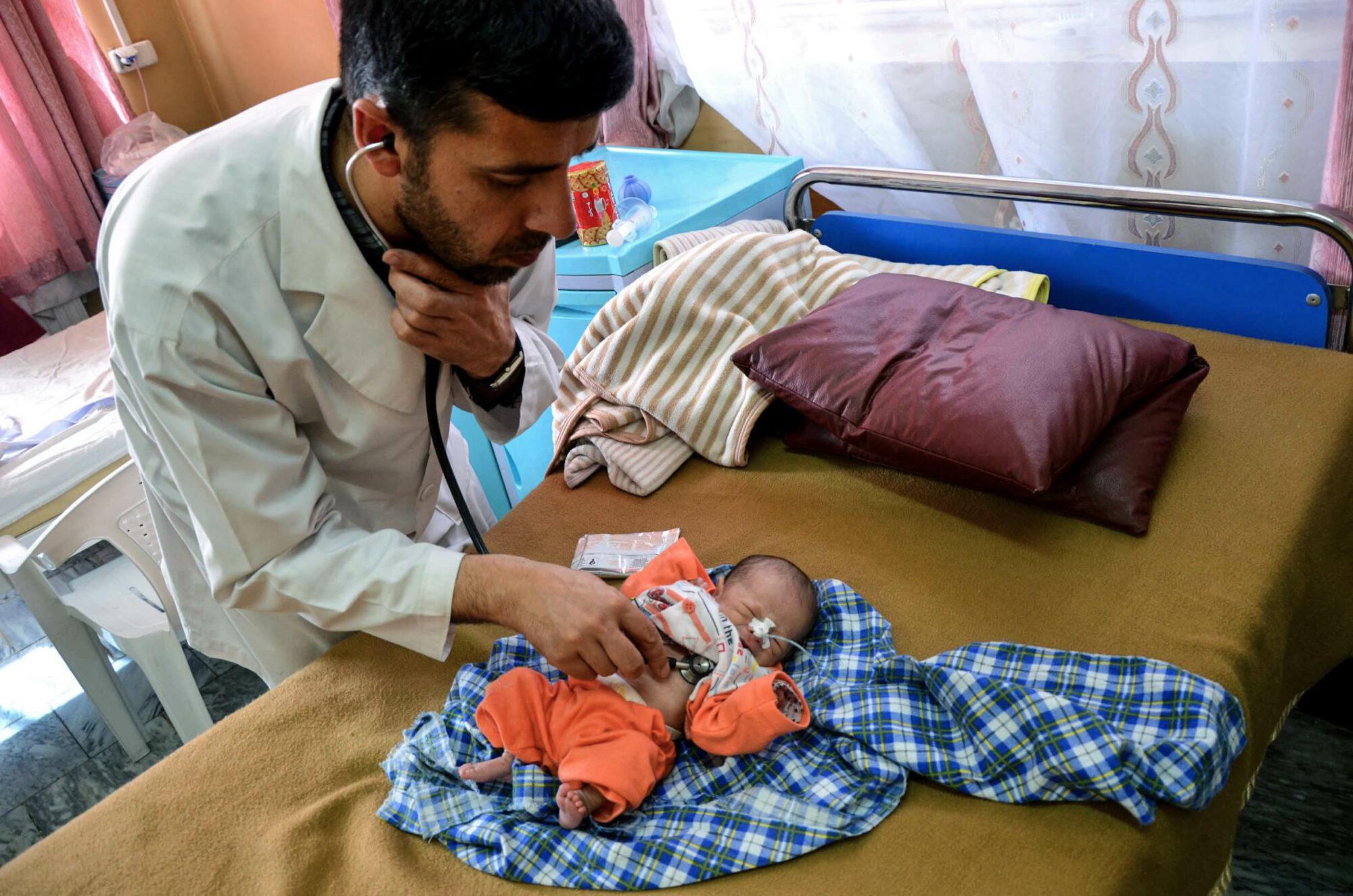 Lääkärit Ilman Rajoja -järjestön lääkäri kuuntelee pienen keskosen rintaa sairaalassa Kabulissa.