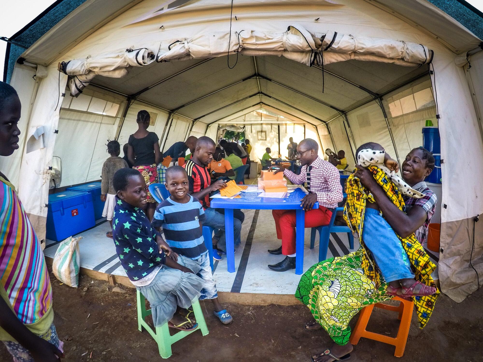 Telttaan on rakennettu rokotuspiste, jossa rokotetaan lapsia tauteja, kuten keltakuumetta ja poliota vastaan Angolassa.