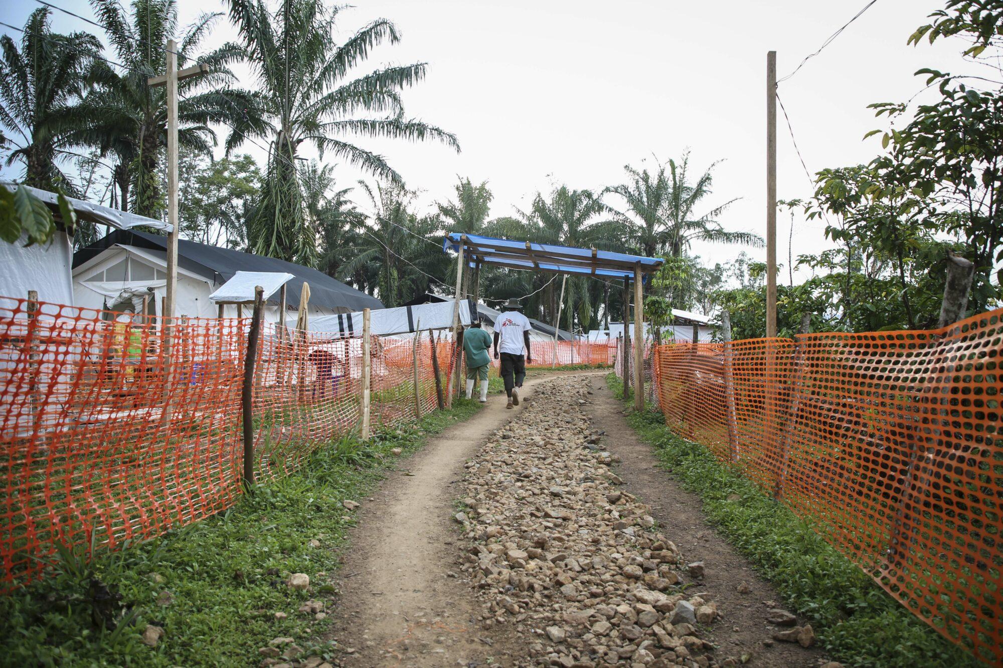Työntekijämme kävelee ebolanhoitokeskuksessa.