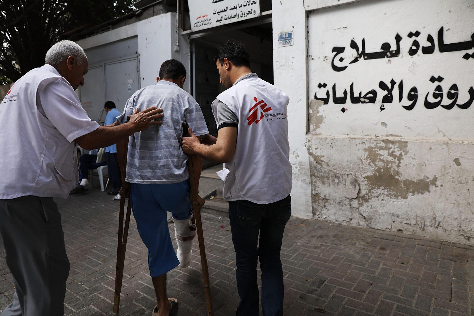 Ampumahaavan Gazan ja Israelin rajalla saanutta miestä saatetaan Lääkärit Ilman Rajoja -järjestön operoimalle klinikalle.