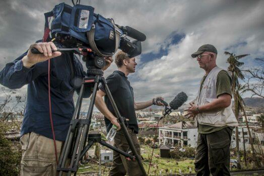 CNN:n toimittaja haastattelee logistikko Damien Moloneya Filippiineillä taifuunin iskettyä saarivaltioon vuonna 2013.
