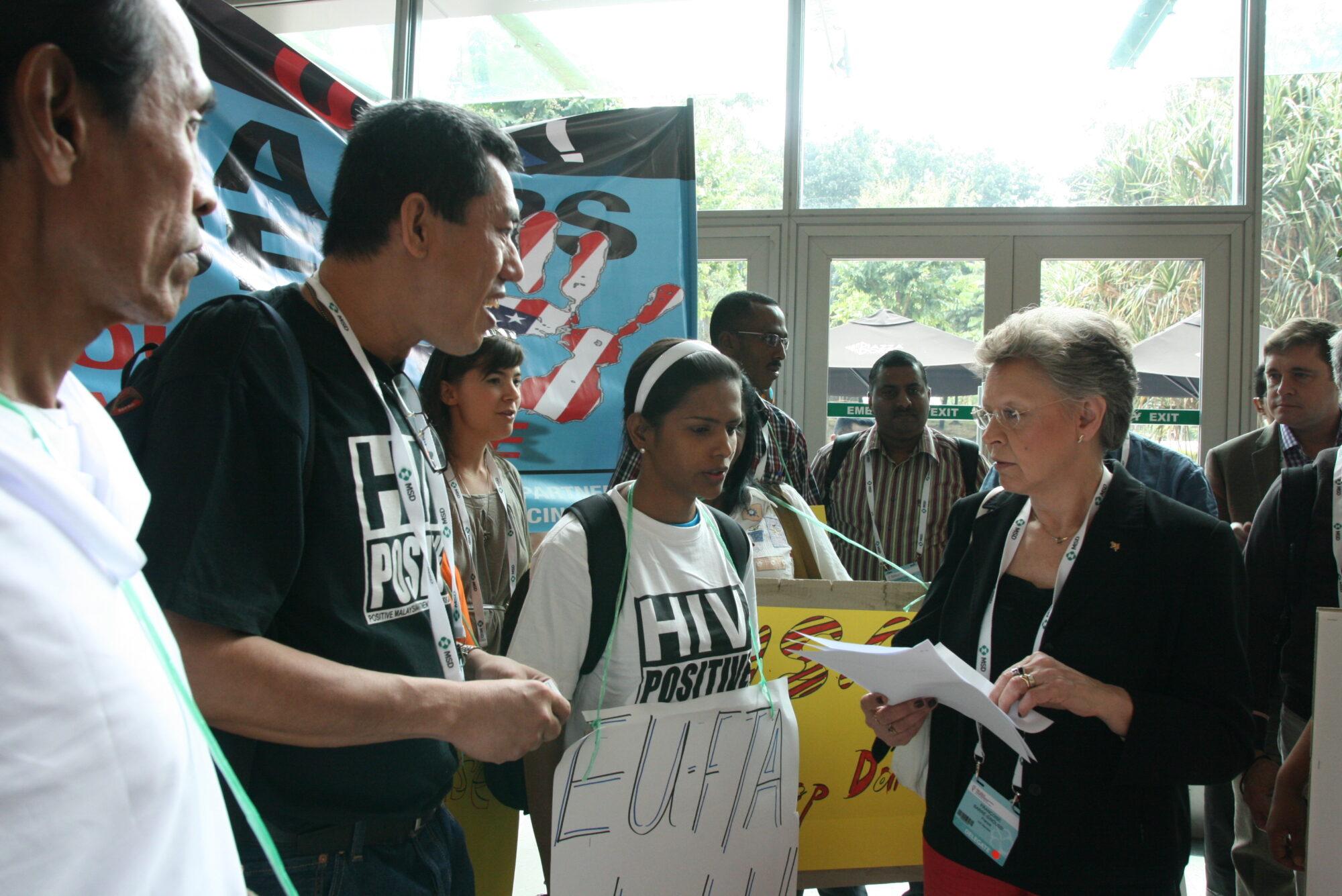 Aktivisteja mielenosoituksessa lääkkeiden saatavuutta hankaloittavia kansainvälisiä sopimuksia vastaan.