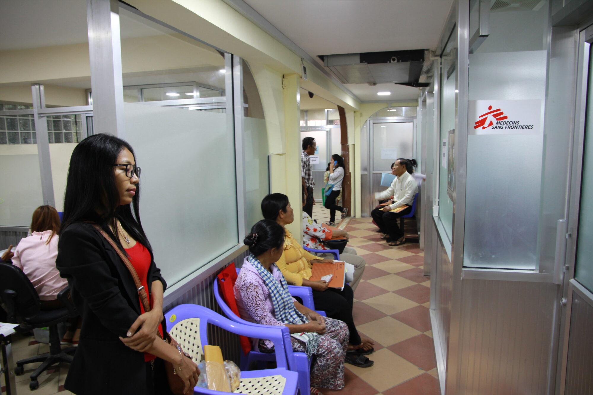 Ihmiset odottavat vuoroaan klinikalla.