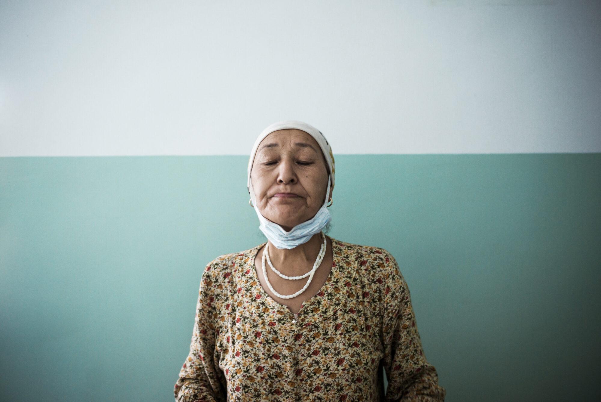Kuvassa tuberkuloosipotilas nielee päivittäistä lääkeannostaan.