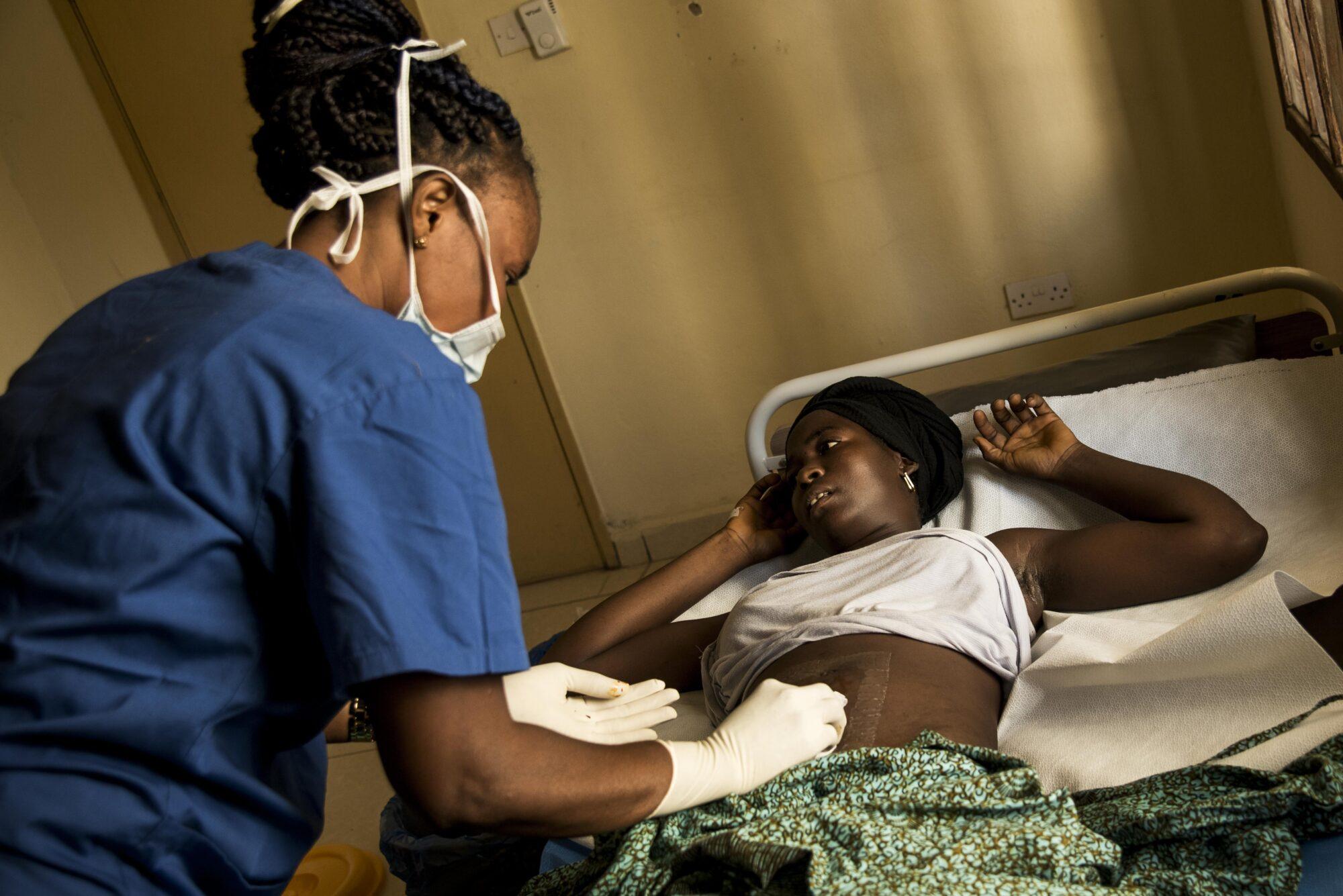 Leikkaussalihoitaja tutkii potilasta Kabalassa.