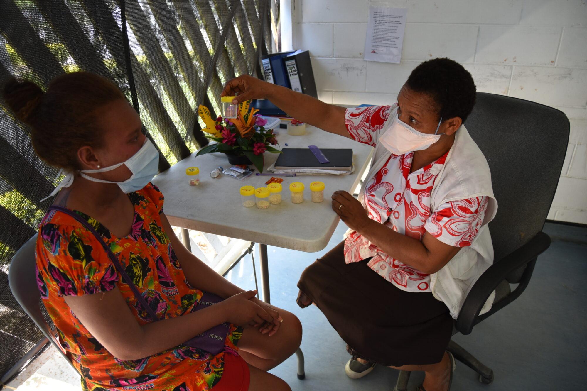 Kuvassa Lääkärit Ilman Rajoja -järjestön työntekijä neuvoo potilasta tuberkuloosin hoidosta.
