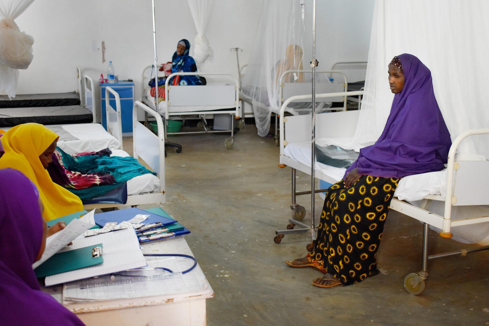 Naiset istuvat sängyillään synnytysosastolla.