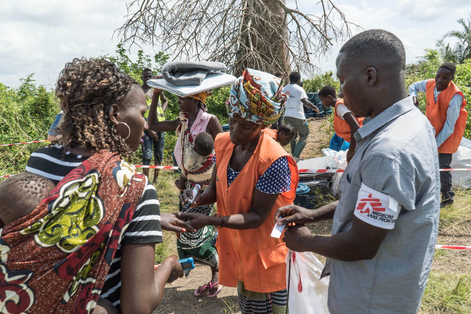 Kuvassa ihmiset hakevat perustarvikkeita syklonin jälkeen.