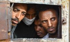 Pakolaisia Zintanin pidätyskeskuksen portilla Libyassa.