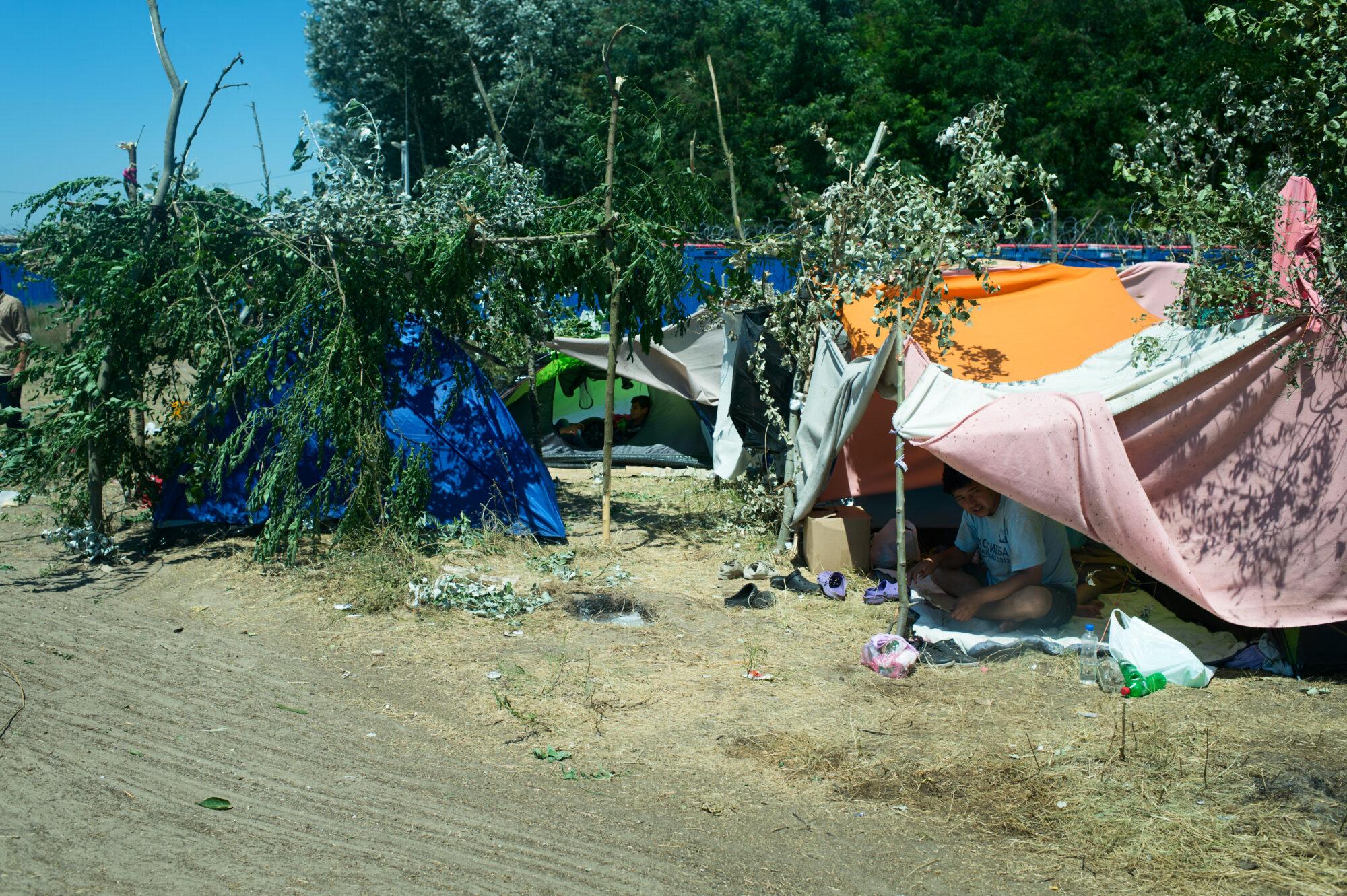 Telttarakennelmia tien laidalla Serbiassa lähellä Unkarin rajaa.