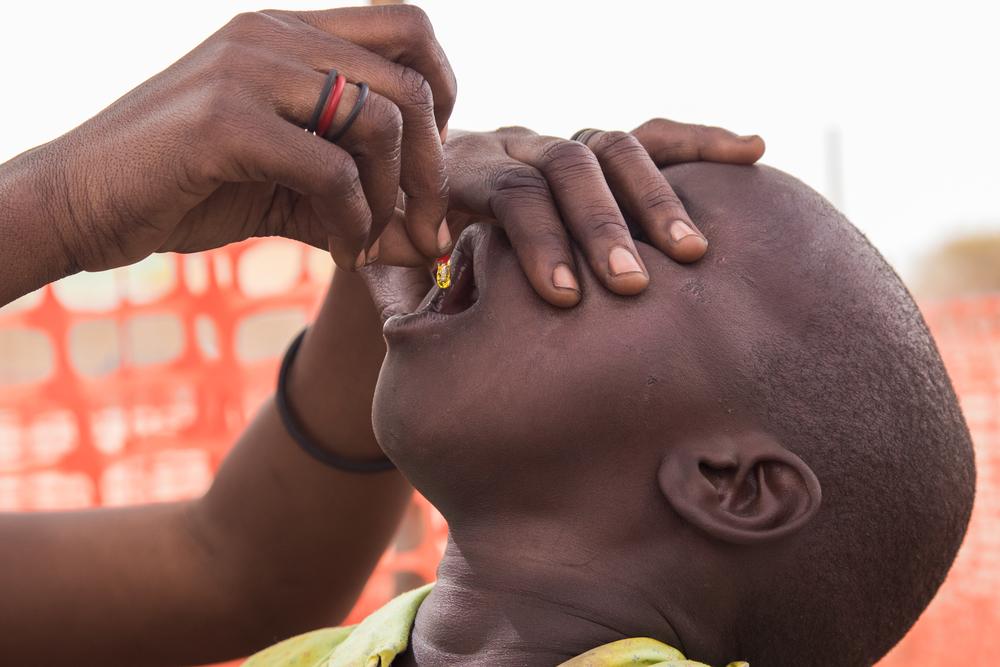 Lapsi saa Aweilissa, Etelä-Sudanissa A-vitamiinilisän suojaamaan ripulilta, tuhkarokolta sekä hengitystieinfektioilta.