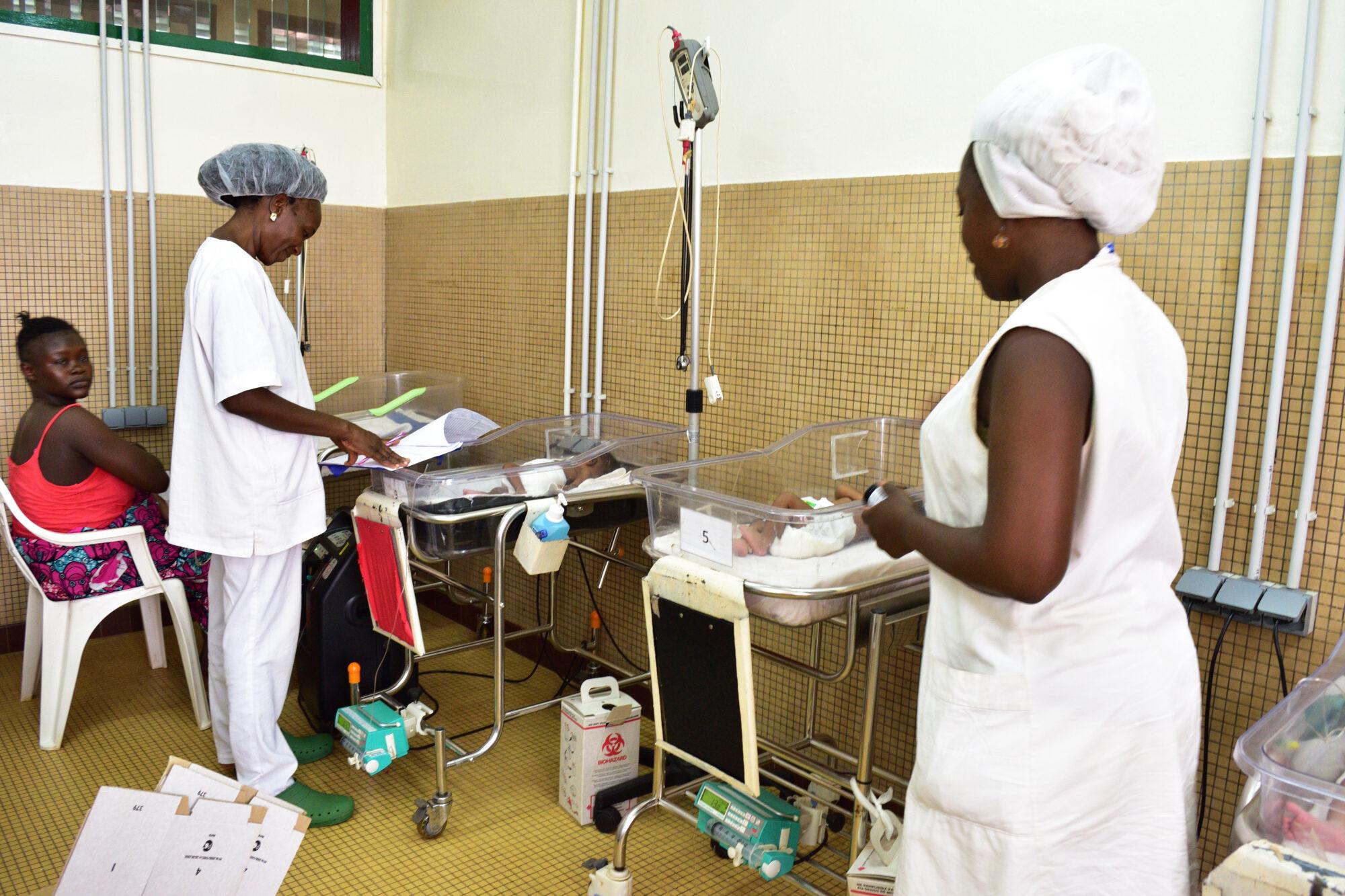 Hoitajia Castorin sairaalan vastasyntyneiden osastolla.