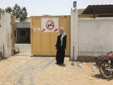 Kirurgi Heidi Wikström Jemenissä uuden sairaalamme edessä Ad Dahissa, Jemenissä.