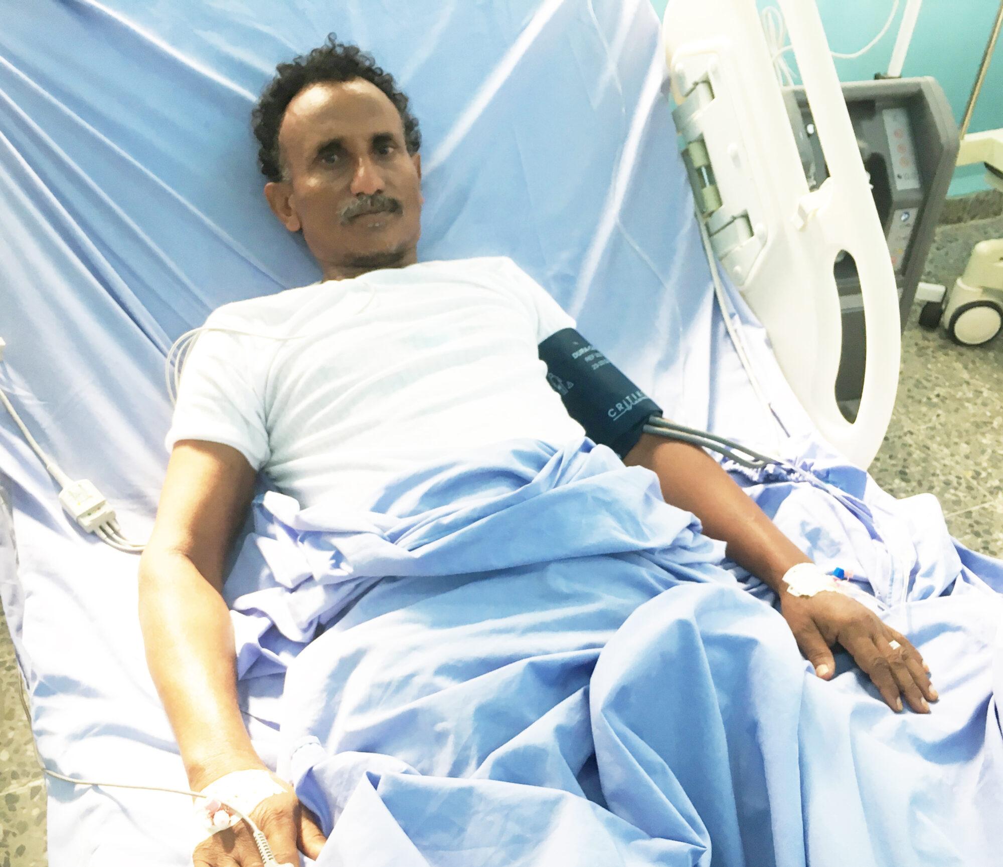 Leikkauksessa ollut mies sairaalasängyllä