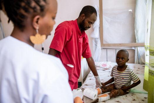 6-vuotias palovammapotilas sängyllä Burundissa