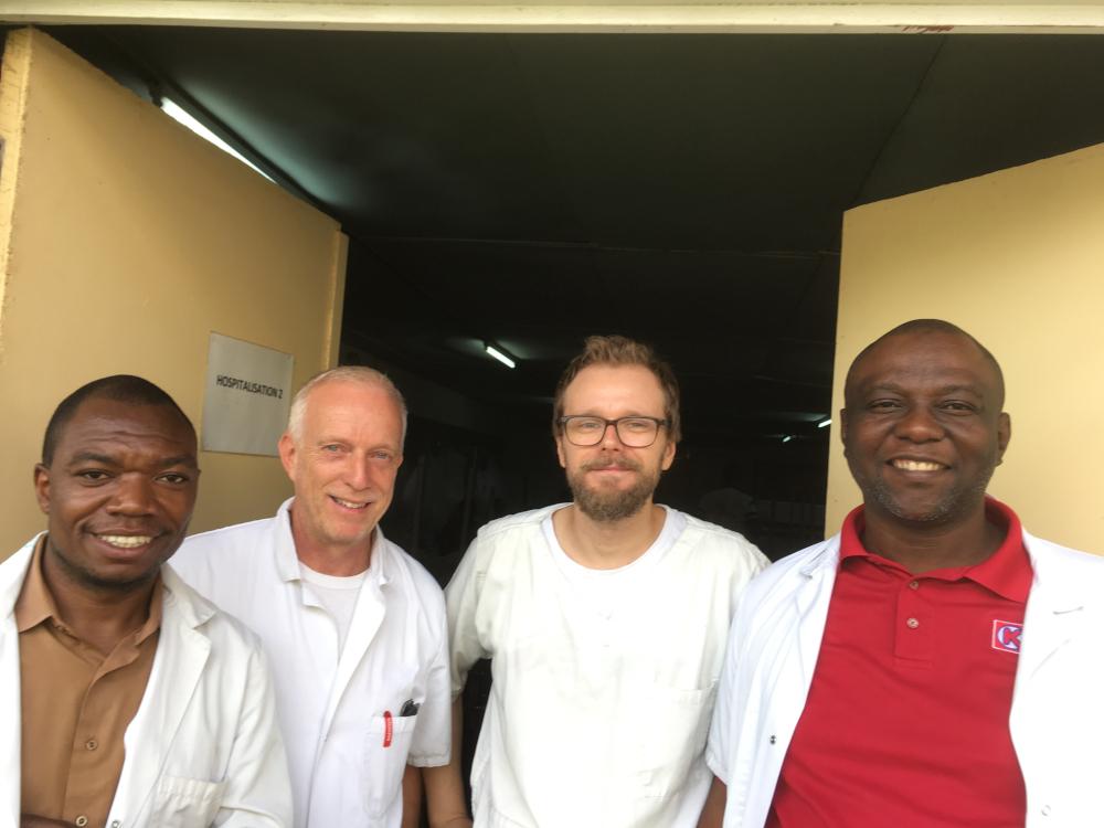 Anestesian- ja tehohoidon erikoislääkäri Kariantti kollegoidensa kanssa Burundissa.