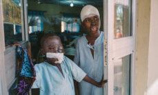 Lapsi ja teini seisovat osaston ovilla. Kummallakin on kasvoissa epämuodostumia ja haavasiteitä.