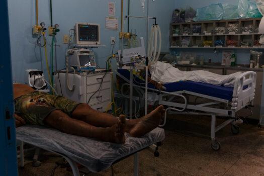 Kaksi sairaalahKaksi potilasta makaa sairaalasängyissä. Vierellä on sairaalalaitteita.